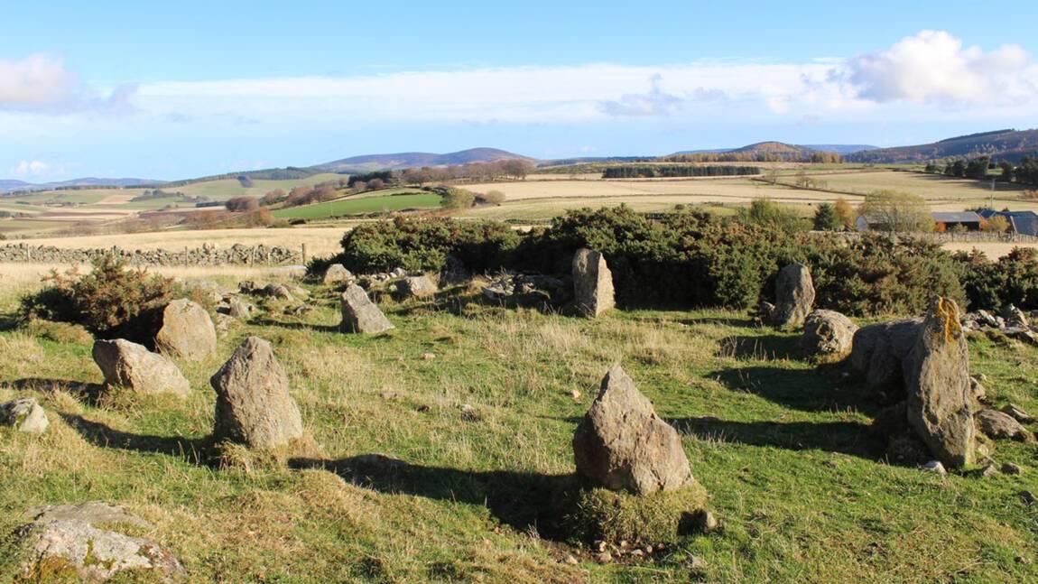 """En Ecosse, un cercle de pierres """"vieux de milliers d'années"""" aurait en réalité été construit par un fermier il y a 20 ans"""
