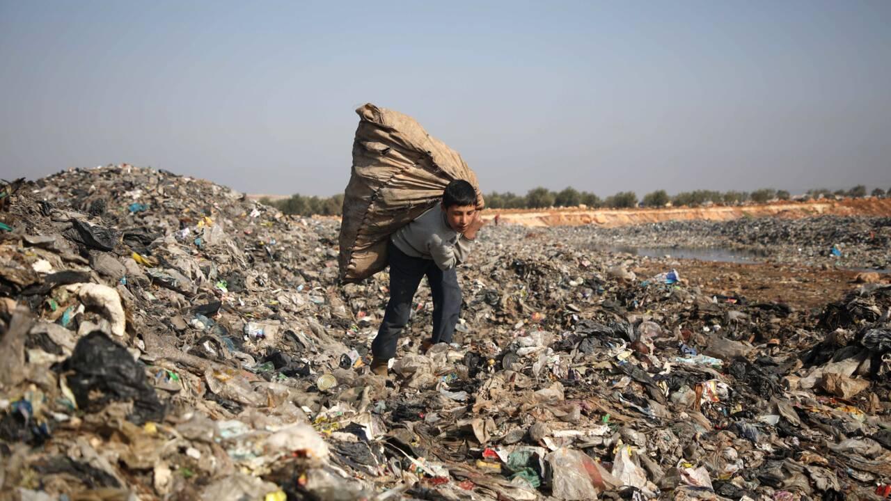 Dans le nord-ouest de la Syrie, des enfants fouillent les poubelles pour faire vivre leur famille