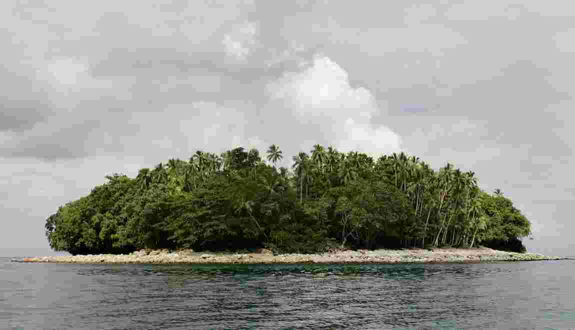 Du fioul s'échappe du vraquier échoué sur un récif du Pacifique
