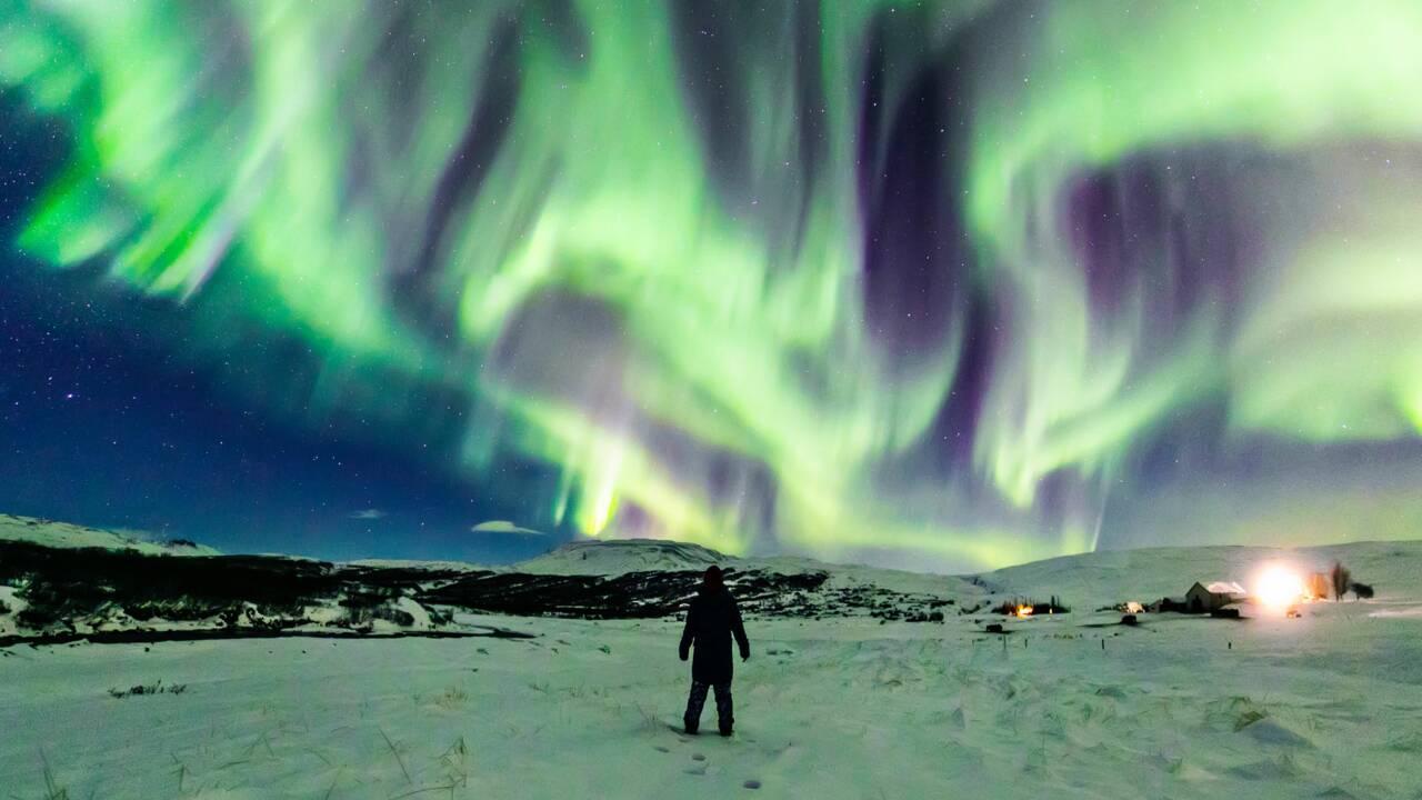 En Islande, une incroyable aurore boréale en forme de dragon