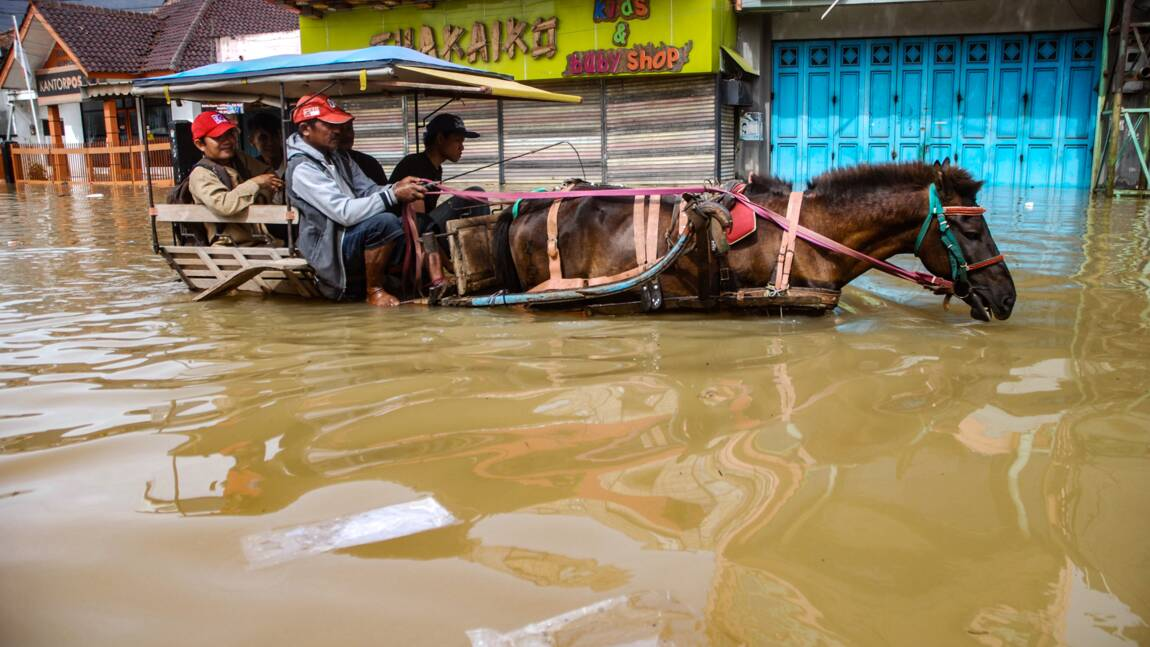 Inondations en Indonésie: au moins deux morts, le fleuve le plus pollué au monde déborde