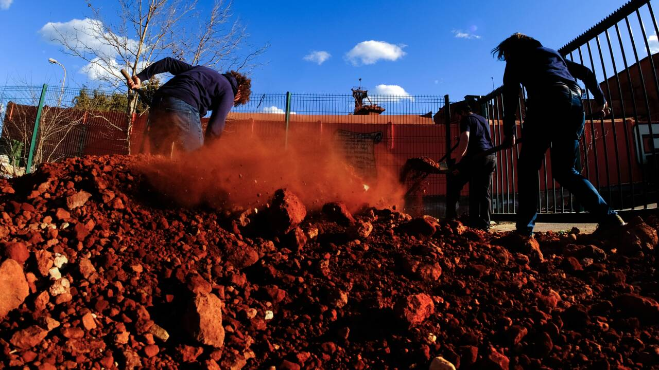 """""""Boues rouges"""": des militants écologistes déposent de la bauxite chez Alteo"""