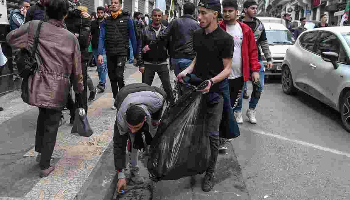 Algérie: derrière les manifestants, des volontaires nettoient