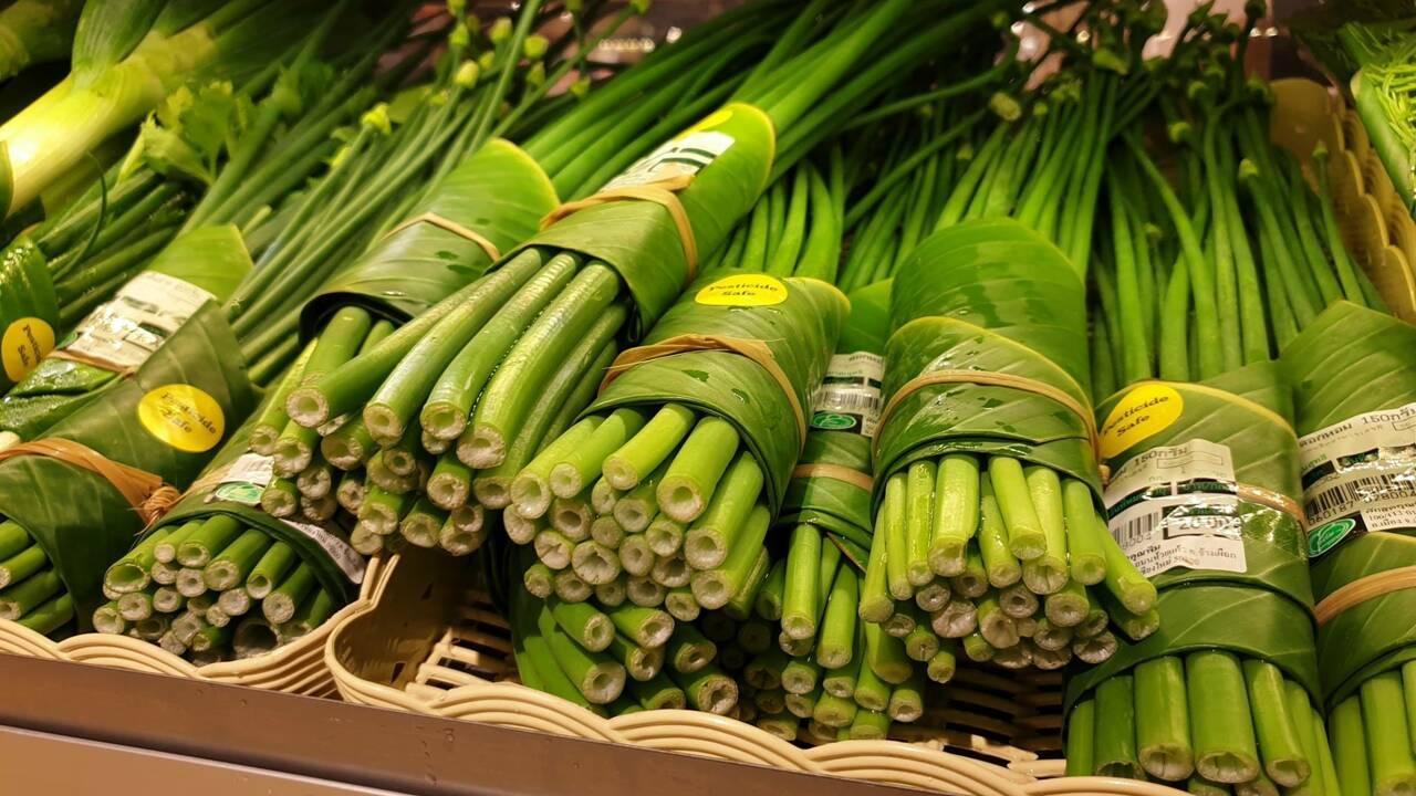 En Thaïlande, un supermarché remplace l'emballage plastique par des feuilles de bananier