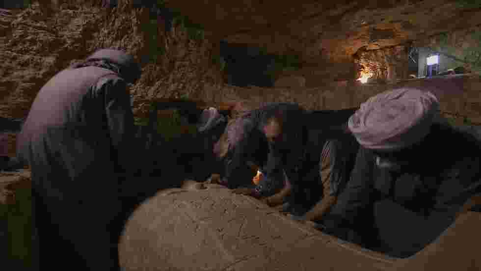 Des archéologues ouvrent un sarcophage égyptien vieux de 2500 ans en direct à la télévision