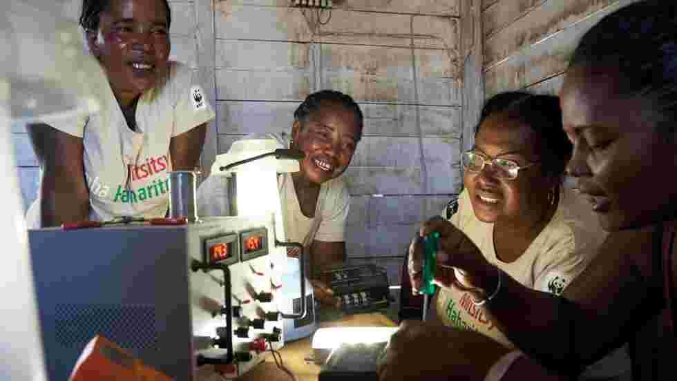 Madagascar : ces grands-mères ont suivi une formation d'ingénieur pour éclairer leur village