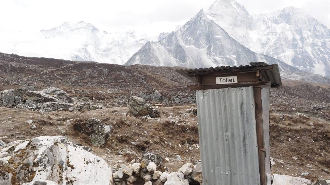 Sur l'Everest, des toilettes sèches installées à 7000 mètres d'altitude