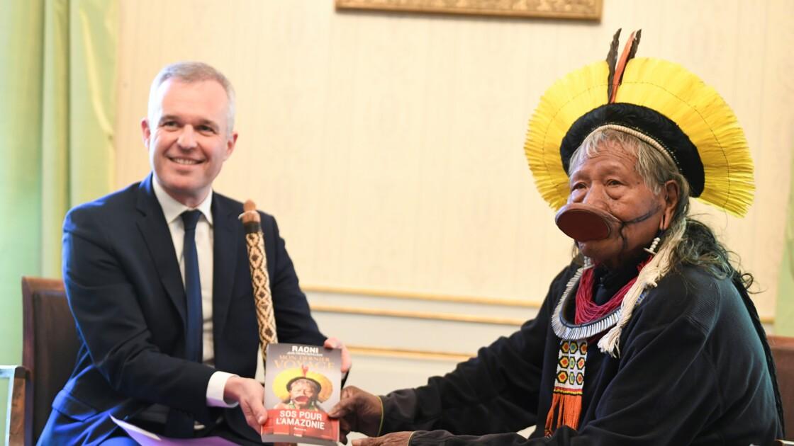 Amazonie: le chef indigène brésilien Raoni entame à Paris sa tournée européenne