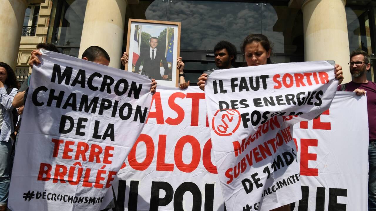 Des militants du climat décrochent un nouveau portrait de Macron à Paris
