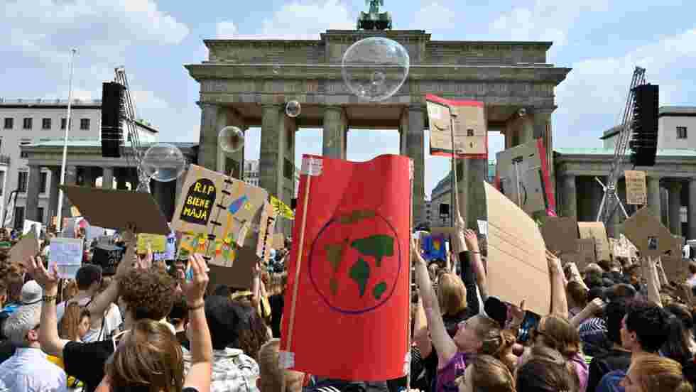 Les jeunes Européens manifestent pour le climat avant les élections
