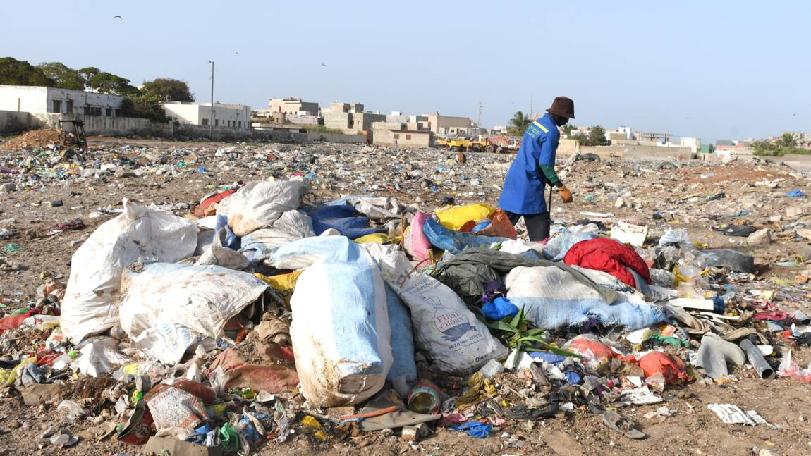 """Encore loin du """"zéro déchet"""", les Sénégalais mènent la lutte contre les ordures"""