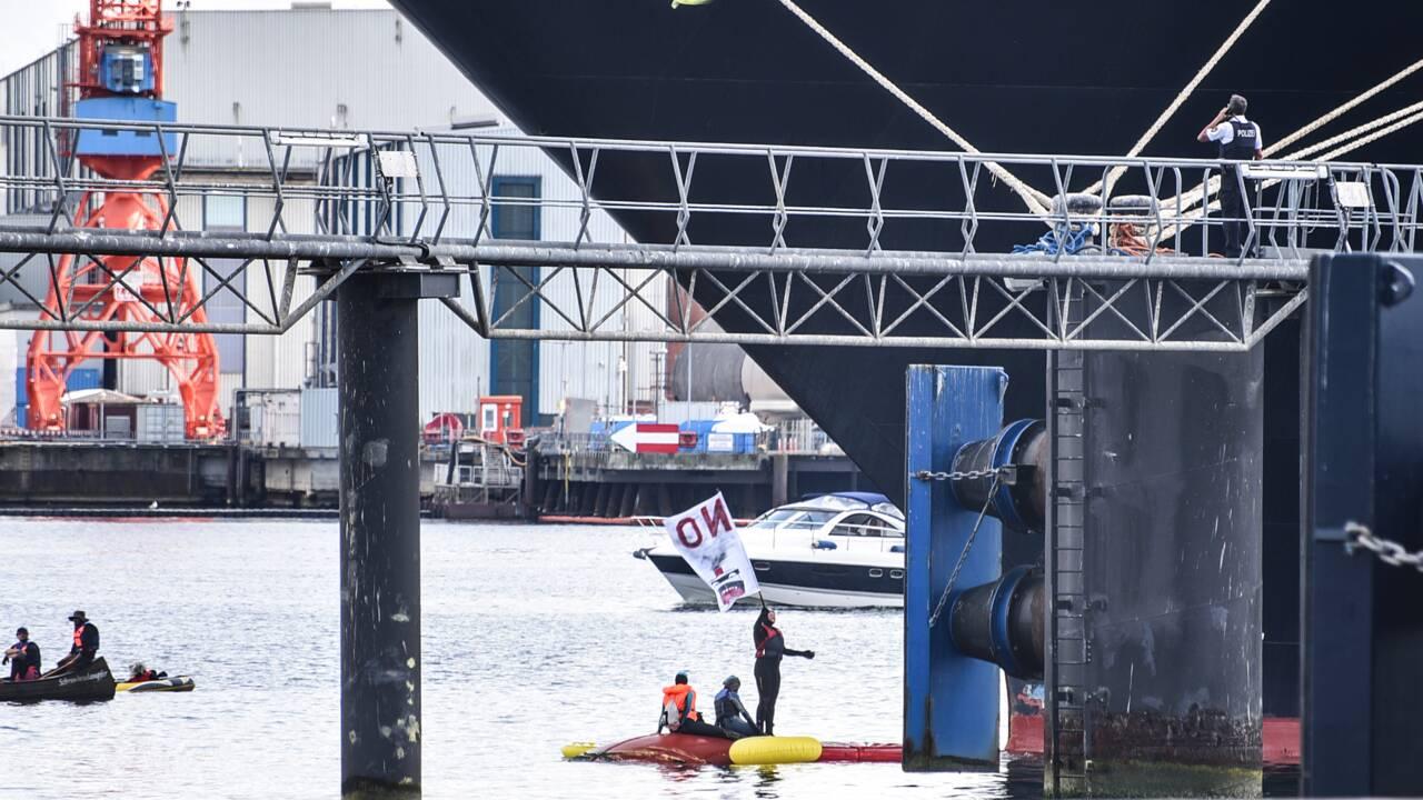 Allemagne: des militants écologistes bloquent un bateau de croisière dans un port