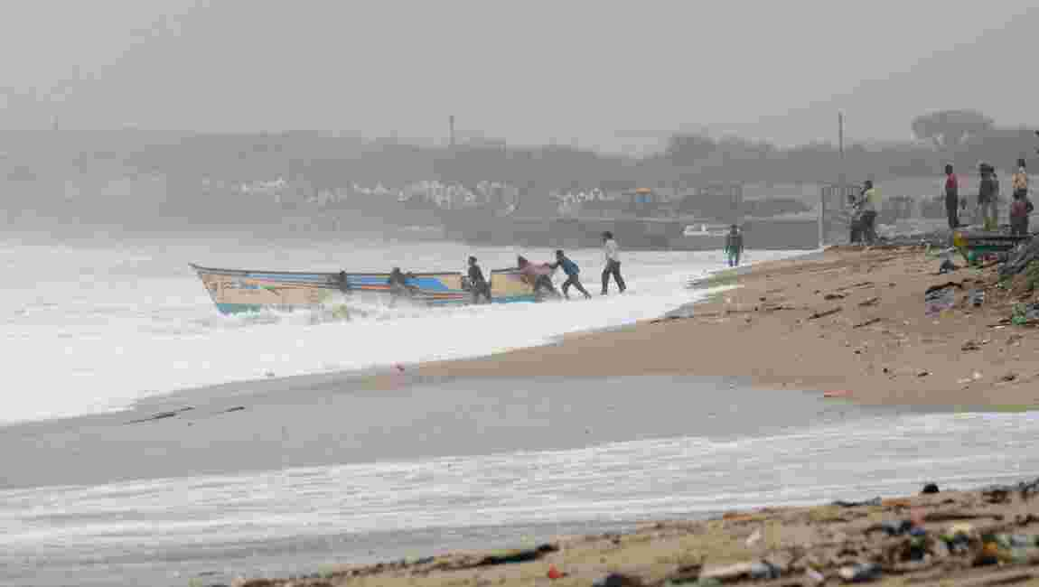 Le cyclone Vayu devrait seulement frôler les côtes indiennes