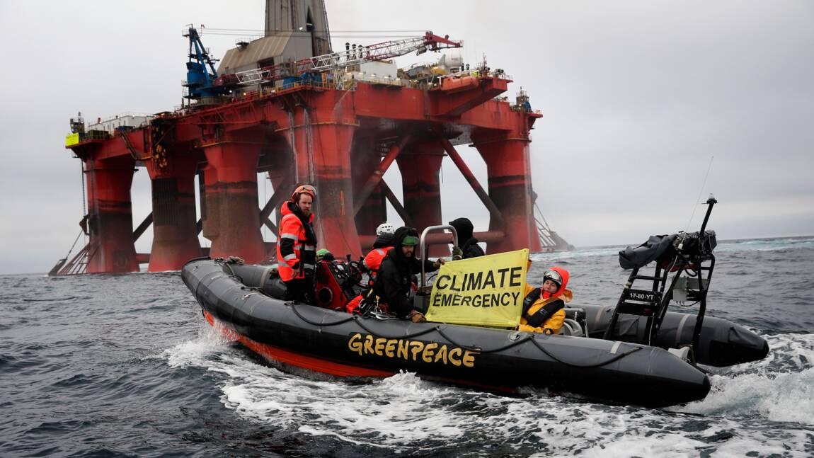 """Greenpeace contraint une plateforme pétrolière de BP à faire """"demi-tour"""""""