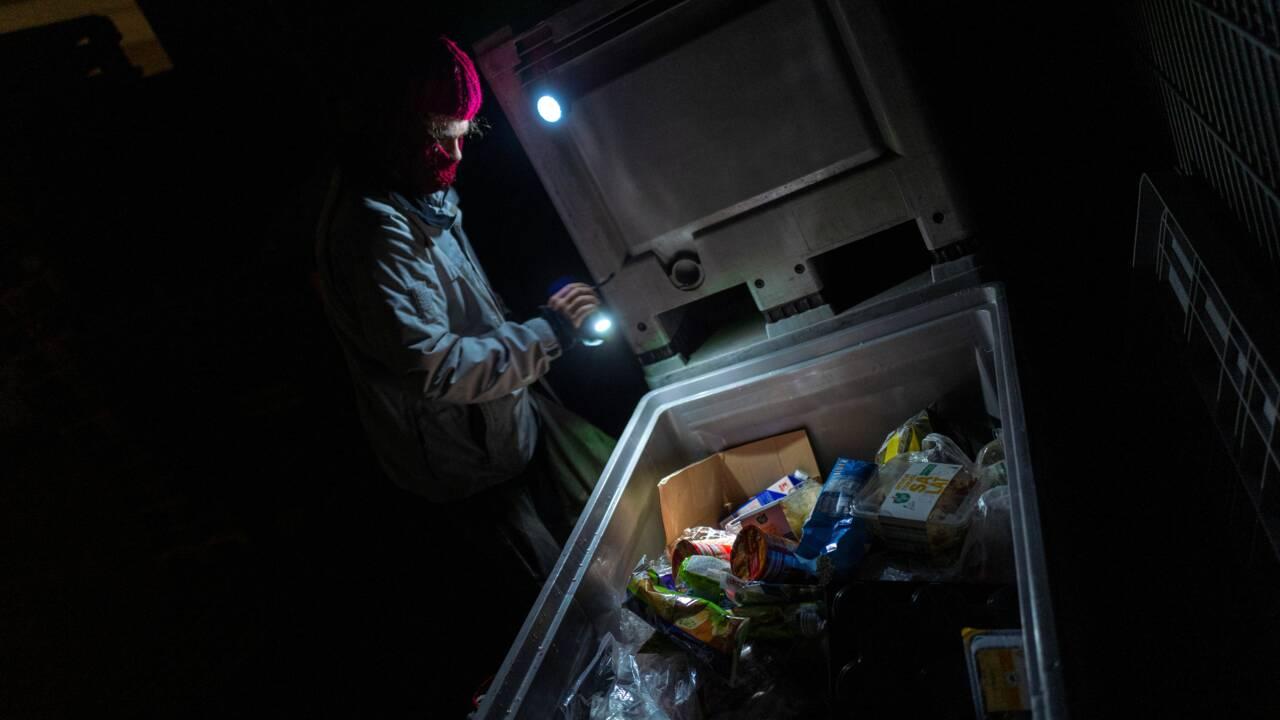 Cambrioler les poubelles de supermarchés contre le gaspillage alimentaire