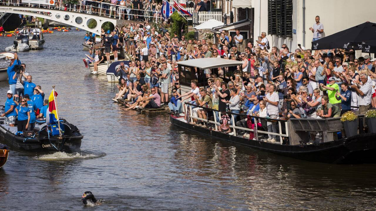 Climat : un Néerlandais accomplit à la nage un marathon de patinage