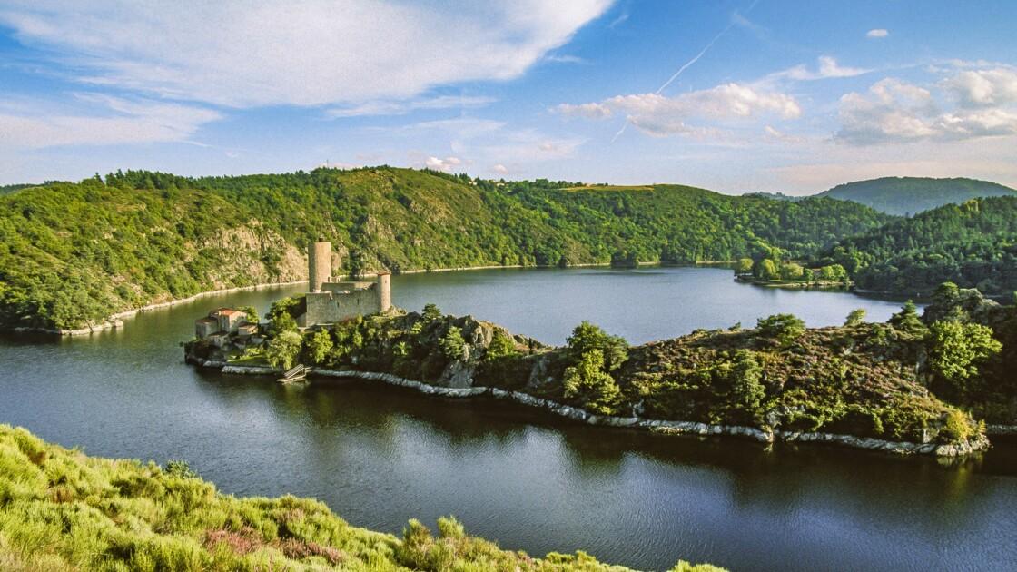 Dans les gorges de la Loire, un étonnant château posé sur une île