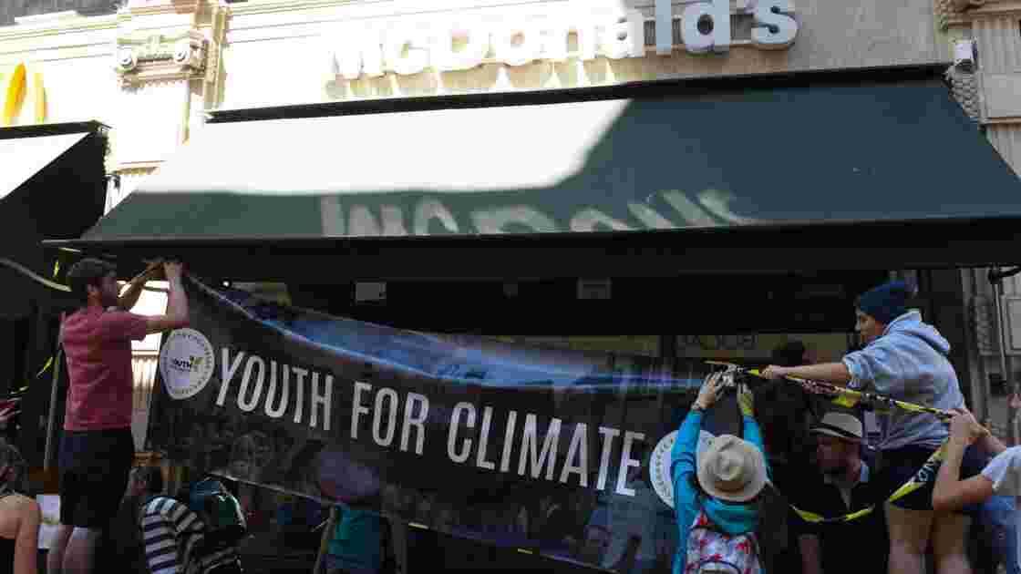 Un McDonald's occupé à Bordeaux par de jeunes militants écologistes
