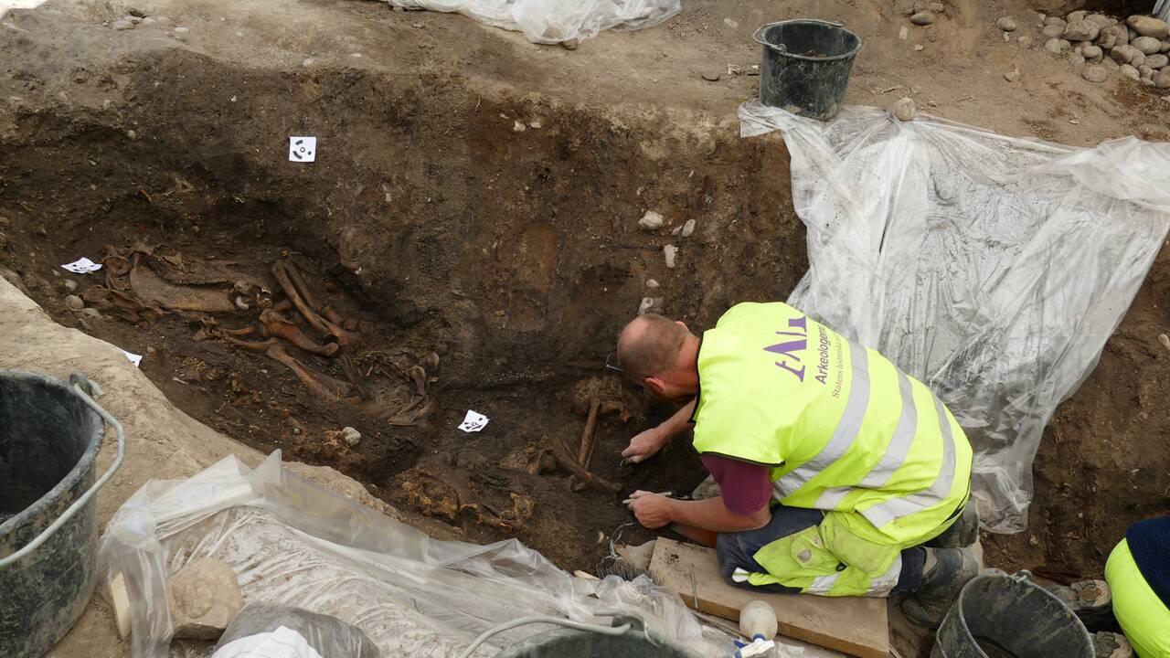 Un bateau-tombe et un squelette viking très bien préservés sortent de terre en Suède