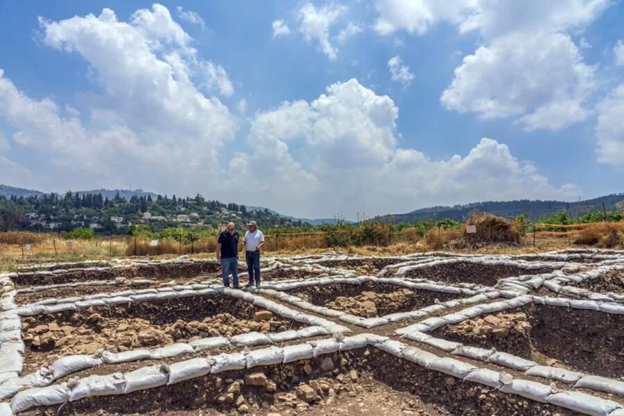 Des grands bâtiments sont également étudiés par les archéologues pendant les fouilles