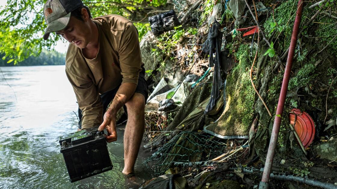 Gaspard Forest défend les rivières en exposant ce qui les pollue
