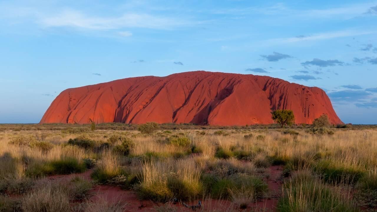 En Australie, les touristes se ruent sur le rocher Uluru avant l'interdiction de l'escalader