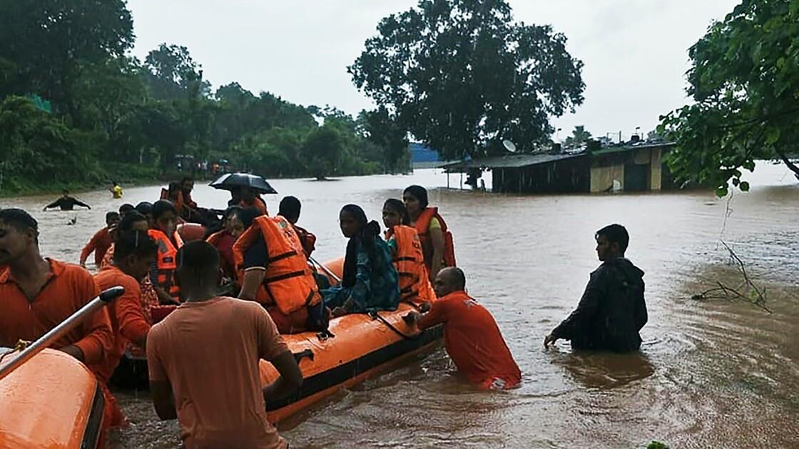 Inde: des hélicoptères au secours de centaines de passagers d'un train bloqué par la mousson