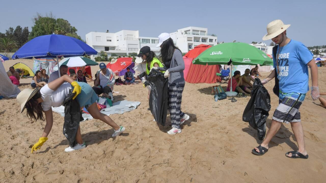 Sur les plages de Tunisie, des citoyens en guerre contre les déchets