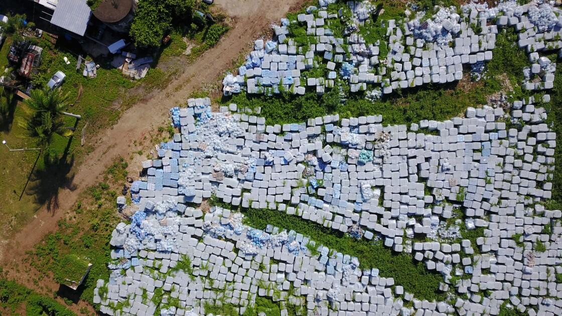 Porto Rico: des milliers de bouteilles d'eau d'aide d'urgence retrouvées dans un champ