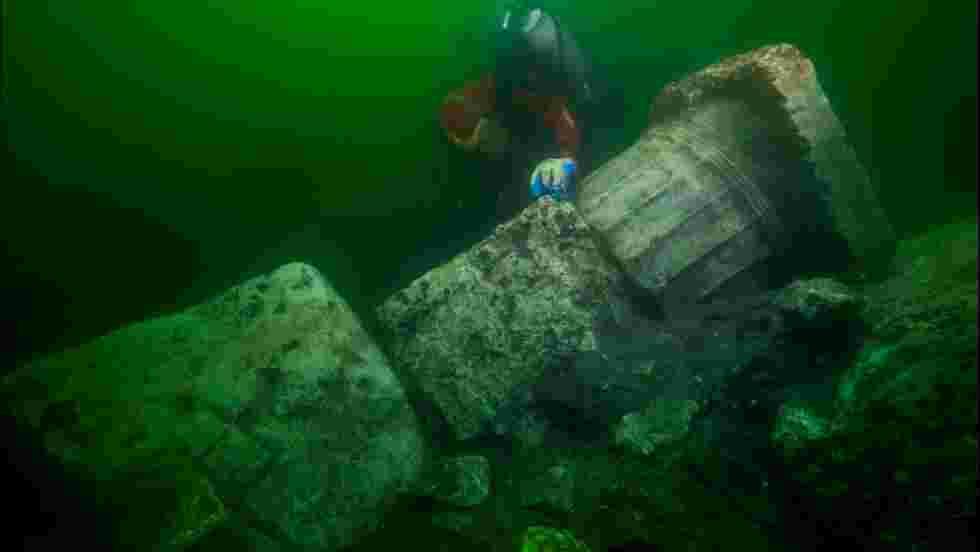 Des plongeurs découvrent les ruines d'un temple dans la cité engloutie d'Héracléion