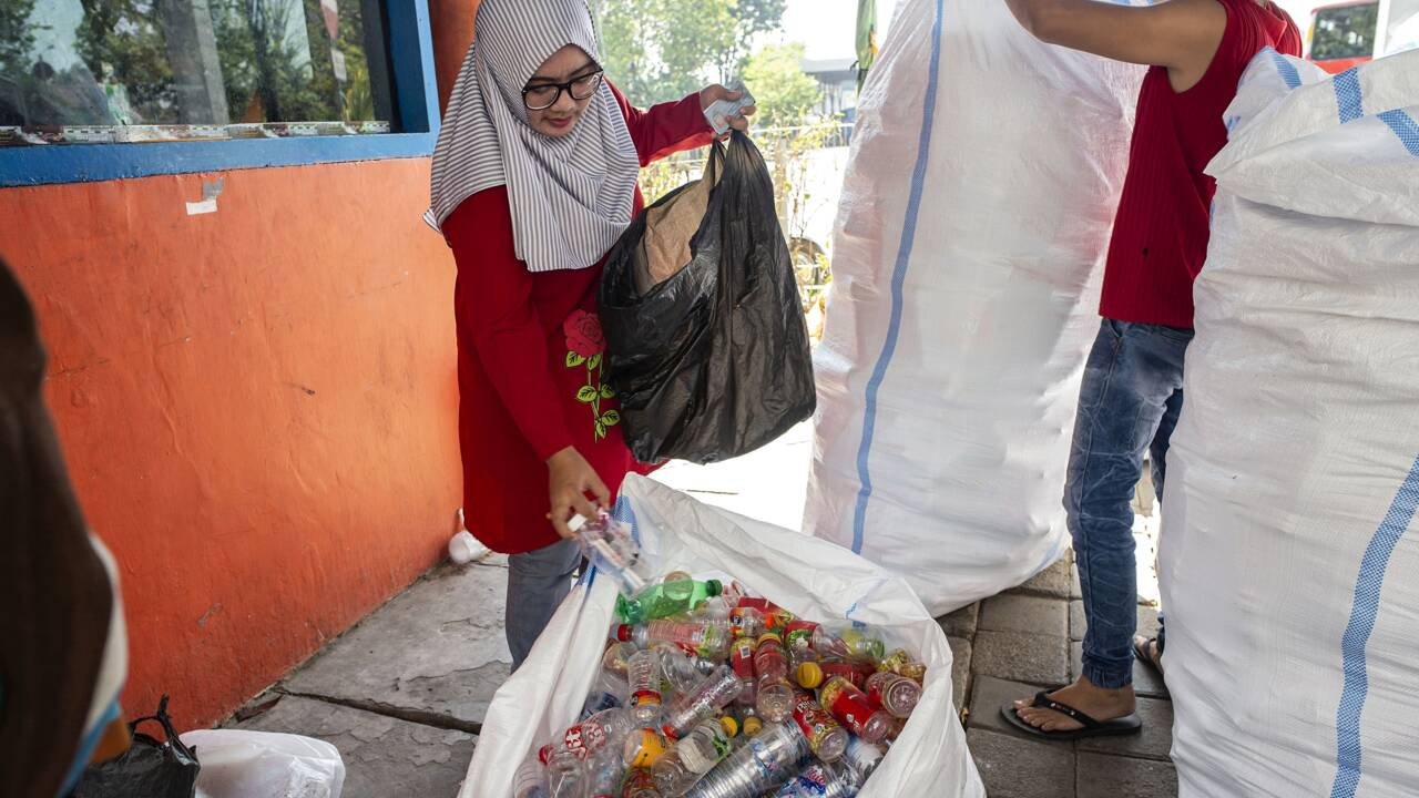 Indonésie : à Surabaya, un ticket de bus coûte trois bouteilles ou dix gobelets en plastique