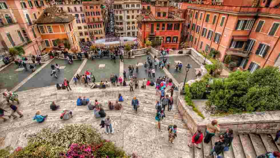 A Rome, les touristes ne pourront plus s'asseoir sur les escaliers et fontaines de la ville
