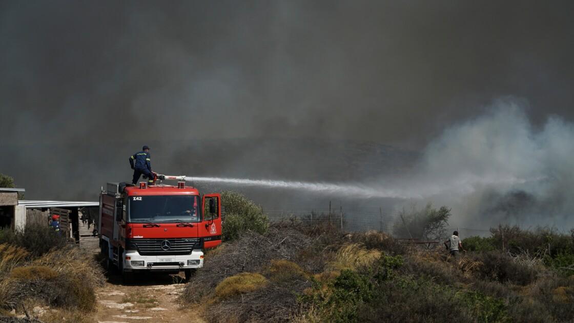 Les pompiers maîtrisent un incendie important près d'Athènes