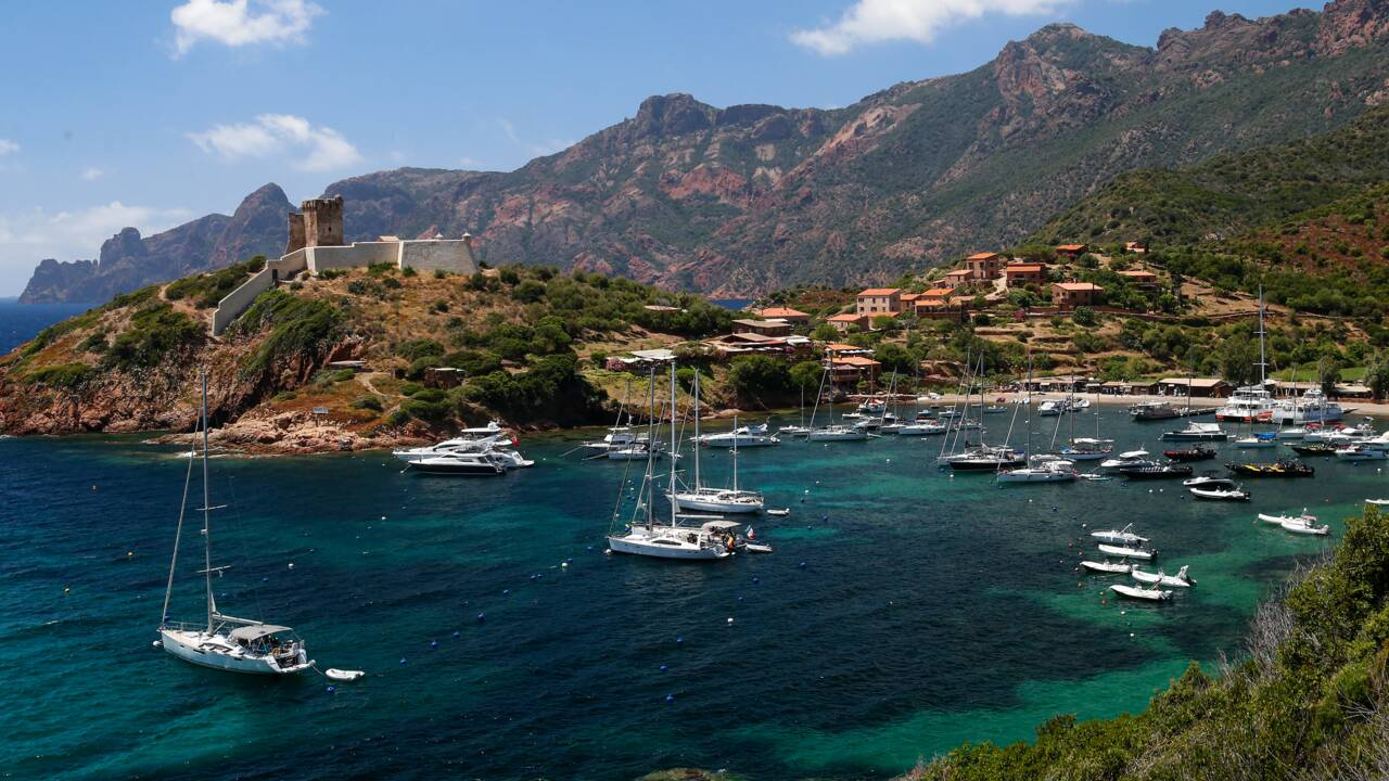 Corse: le difficile équilibre entre tourisme et écologie dans la réserve de Scandola