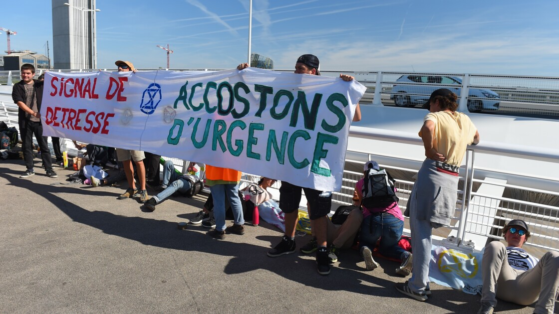 Des militants d'Extinction Rebellion bloquent le passage d'un paquebot à Bordeaux