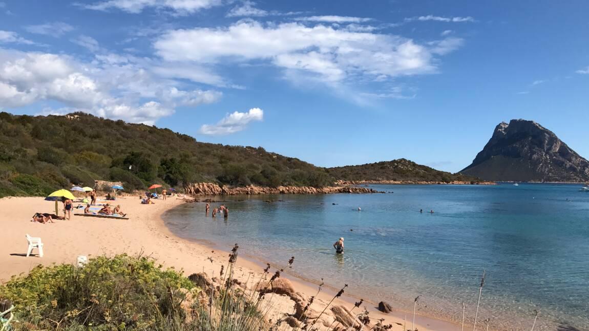 """Victime de vols de sable, une plage de Sardaigne inaugure des """"gardiens du sable"""""""