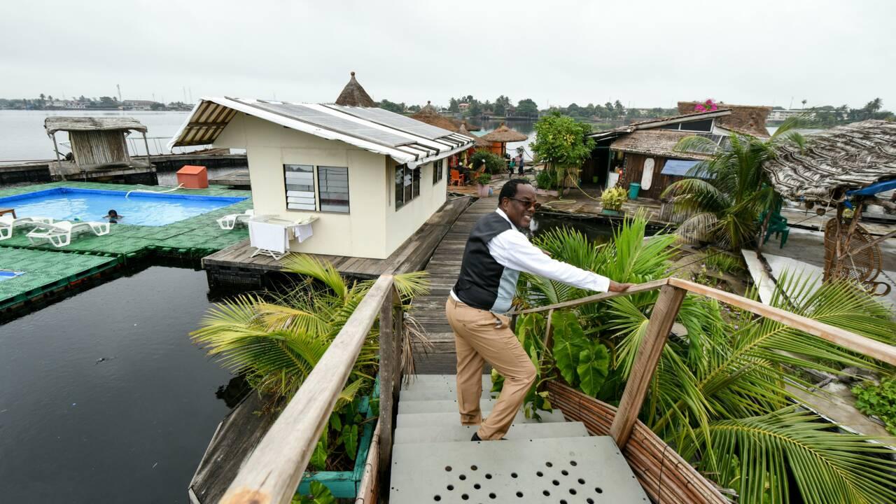 """Côte d'Ivoire: une """"île flottante"""" sur des bouteilles plastiques récupérées"""