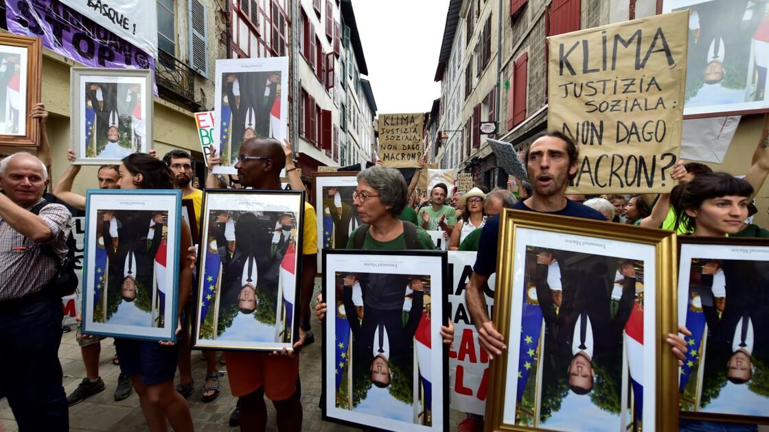 """Climat au G7: à Bayonne, une """"marche des portraits"""" de Macron décrochés des mairies"""