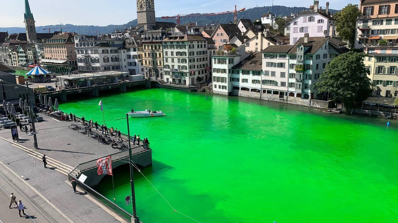 Suisse: des militants écologistes teignent en vert fluo une grande rivière