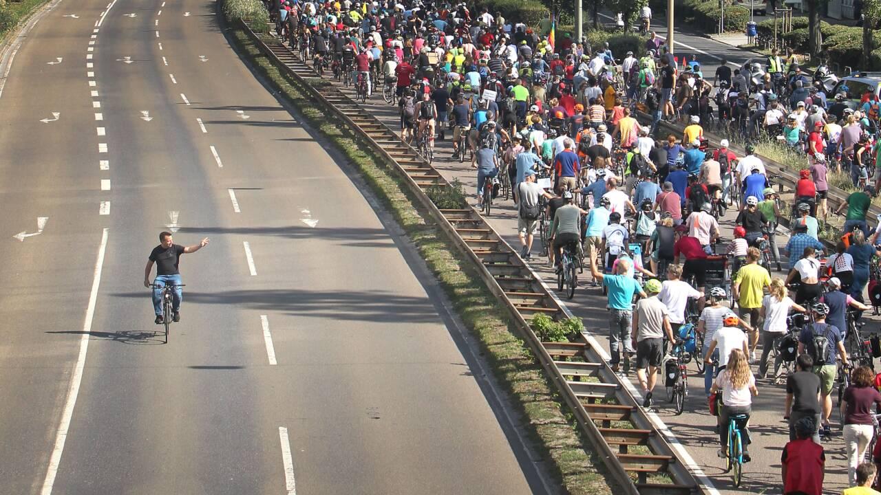 Des milliers d'Allemands défilent à vélo contre l'automobile
