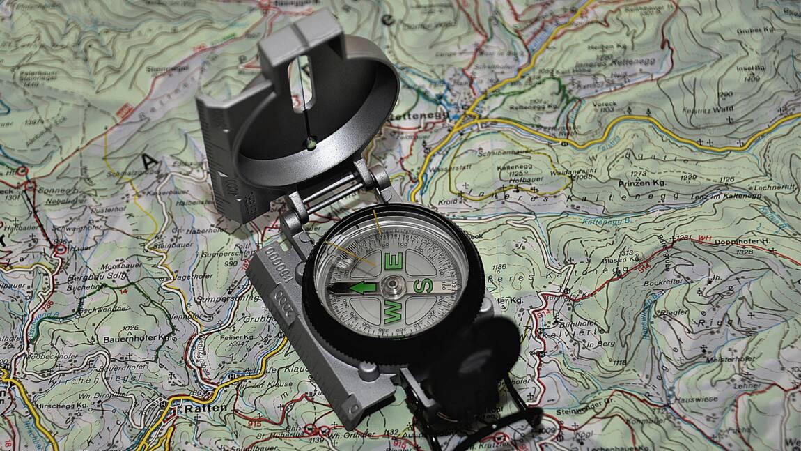 En randonnée, plutôt boussole, GPS ou smartphone ? L'avis des experts