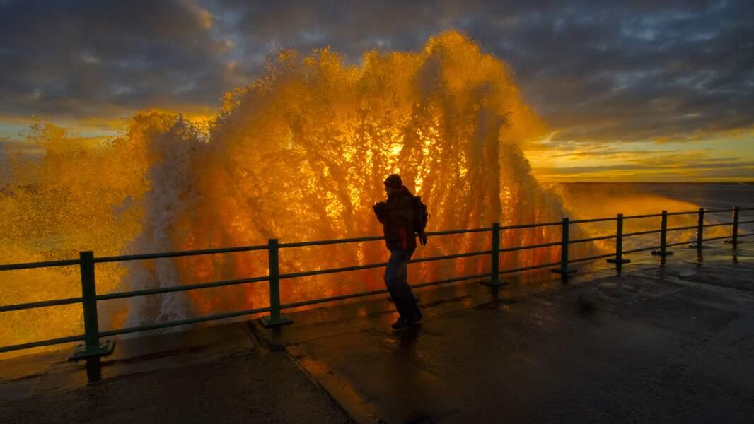 Lever de soleil à travers les vagues