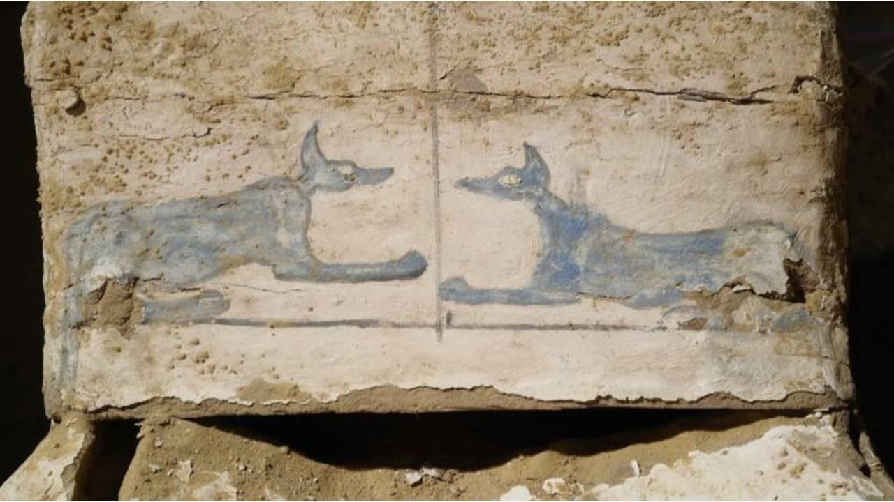 Des momies découvertes enterrées dans le sable à côté d'une pyramide en Egypte