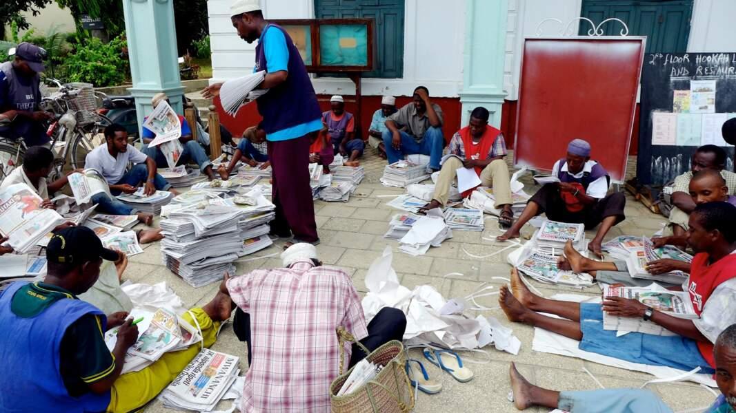 Dsitribution des journaux du matin aux petits revendeurs de Stone Town