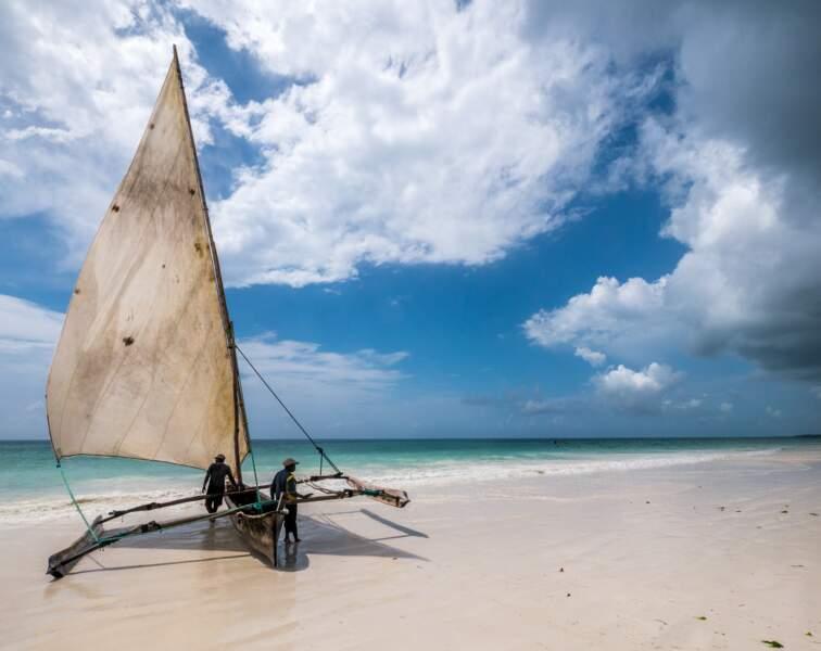 Pêcheurs mettant à l'eau leur dhow, embarcation typique en bois