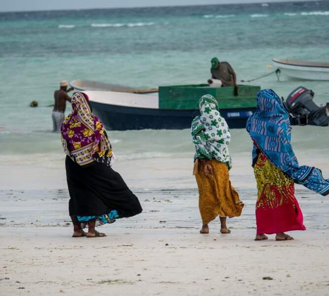 Femmes assistant depuis la plage au départ des pêcheurs