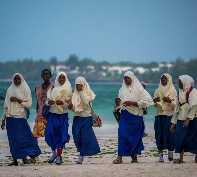 Écolières musulmanes sur la plage