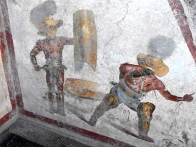 A Pompéi, une fresque montrant une scène de combat entre deux gladiateurs révélée