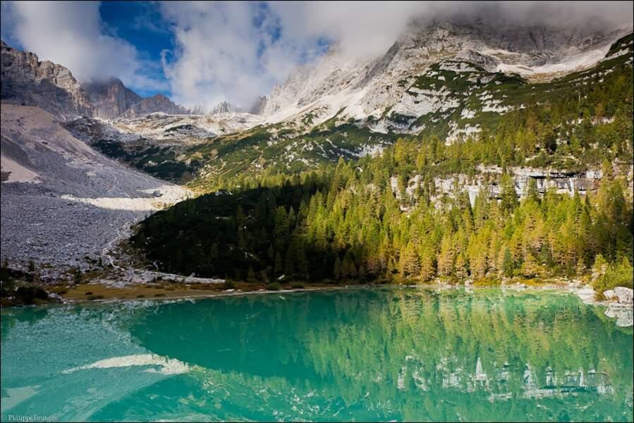 Splendide Lac de Sorapis, dans lequel se mirent  les montagnes