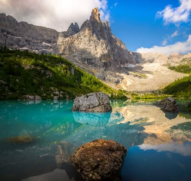 Contraste du blanc de la dolomie avec le bleu turquoise du lac